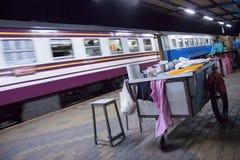 通过火车站培训的乘客 免版税图库摄影