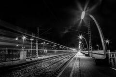 通过火车站的火车 免版税库存图片