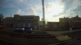 通过火车站,在目的地的到来,工业看法的旅客列车 股票视频