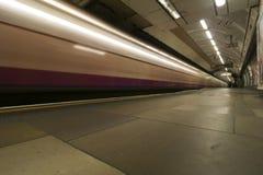 通过火车,伦敦地下的长的曝光 免版税库存照片