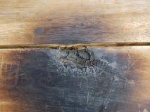 通过烧在一些区域追踪木头,烧在烹调以后  免版税库存照片