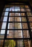 通过珠宝塔窗口被观看的英国上议院维多利亚塔 库存照片