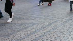 通过的人的脚  人群沿街道走 股票录像