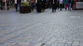 通过的人的脚  人群沿街道走 影视素材
