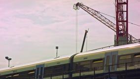 通过的火车,起重机在背景中 股票录像
