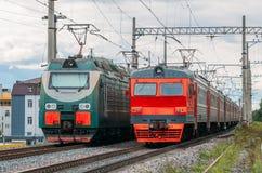 通过的电力机车在铁路 免版税库存图片