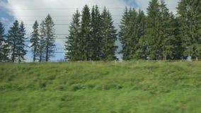 通过的高速列车快速的移动在小山-底视图的树 股票视频