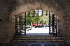 通过石门户被看见的观光的公共汽车 免版税库存照片