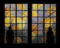 通过窗口结合看五颜六色的秋天树 免版税图库摄影