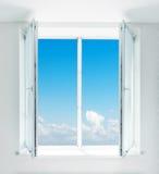 通过窗口被看见的美丽的蓝天 免版税库存图片