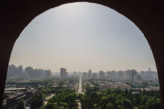 通过窗口-被构筑的都市风景 免版税库存照片