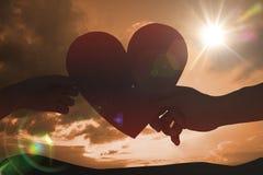 通过纸心脏的夫妇的综合图象 免版税库存照片