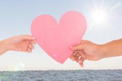 通过纸心脏的夫妇的综合图象 免版税库存图片