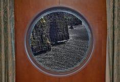 通过舷窗被看见的Moher峭壁 库存照片