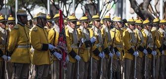通过苏克雷,玻利维亚的中心标记美国独立日的军事游行 库存图片