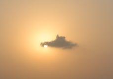 通过落日的云彩 免版税库存图片