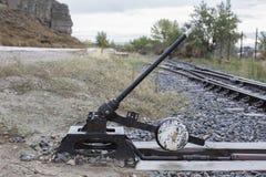 通过被放弃的火车 免版税库存图片