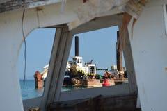 通过被放弃的被破坏的小船窗口  库存图片