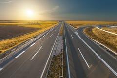 通过被阐明的金黄领域打开高速公路 库存图片
