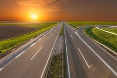 通过被阐明的绿色农业领域打开高速公路 免版税图库摄影