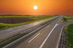 通过被阐明的绿色领域打开高速公路 免版税库存图片