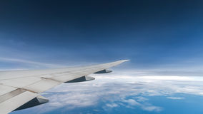通过覆盖蓝天和平面翼视图 免版税图库摄影
