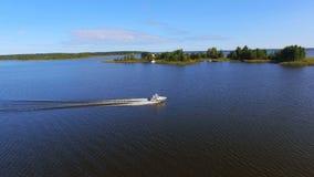 通过谢利格尔湖的,俄罗斯的速度小船的鸟瞰图海岛 股票录像