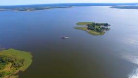 通过谢利格尔湖的,俄罗斯的驳船和速度小船鸟瞰图逃出克隆岛 影视素材