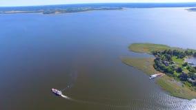 通过谢利格尔湖的,俄罗斯2的驳船和速度小船鸟瞰图逃出克隆岛 股票录像