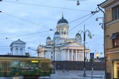 通过赫尔辛基参议院正方形的电车 库存照片