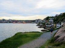 通过走沿从信号小山的岸的一个年轻游人 免版税库存图片