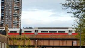 通过跨线桥的地铁 股票录像