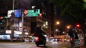 通过路的通勤者和汽车的行动在晚上 影视素材