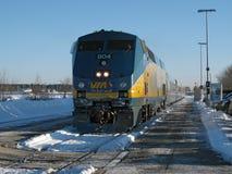 通过路轨机车在冬天 免版税库存图片