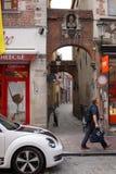 通过车道的城市生活流程在老镇 免版税库存图片