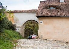 通过近对制毛皮者塔在老城Sighisoara在罗马尼亚 免版税库存照片