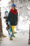 通过进来在雾冬天森林里的女孩挡雪板 免版税库存图片