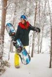 通过进来在雾冬天森林里的微笑的女孩挡雪板 免版税库存照片