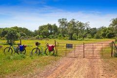 通过通往圣地亚哥的de拉普拉塔道路乘自行车西班牙 库存照片