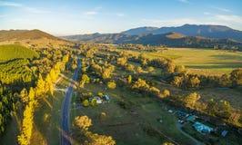 通过通过伟大的高山的路空中全景风景  免版税图库摄影
