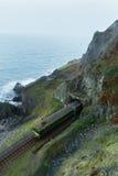 通过铁路轨道形式山隧道训练通行证 免版税库存图片