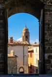 通过门被看见的蒙达奇诺镇在Val d ` Orcia,托斯卡纳, I 库存照片