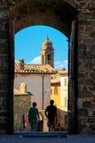 通过门被看见的蒙达奇诺镇在Val d ` Orcia,托斯卡纳, I 免版税库存照片