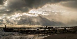 通过风暴多西特海岸Hengisbury头 库存图片