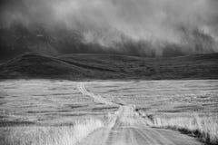 通过风暴的贫瘠云彩地产山 库存图片