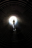 在隧道的步行 免版税库存照片