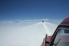 通过玻利维亚的盐舱内甲板游览由suv 免版税库存图片