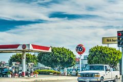 通过76加油站N Sepulveda大道的汽车 免版税库存图片
