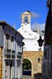 通过围墙退出曲拱在法鲁老镇外面 库存图片