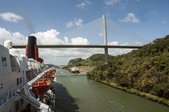 通过巴拿马运河的游轮在桥梁附近 库存图片